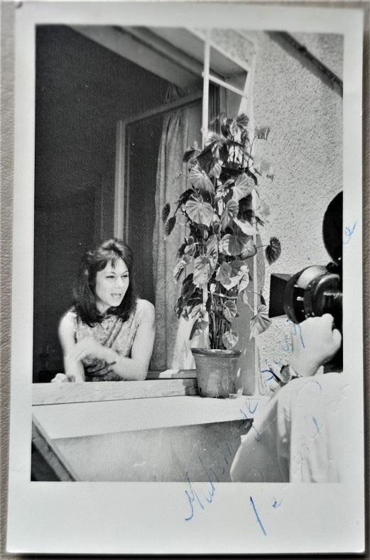 1962 SİNEMA SANATCISI PERVİN PAR EVİN PENCERESİNDE  FİLM CEKİM SAHNESİ FOTOGRAFI
